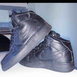 Nike air force i jättefint skick endast använd ett par gånger. Säljer på grund av att dem aldrig kommer till användning av mig.