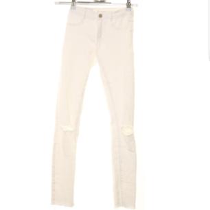 Fina vita jeans från Zara använda fåtal gånger jättebra skick. De är lika vita som på andra bilden, storlek 34.