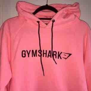 Gymshark hoodie, använd fåtal gånger. Säljer pga fel storlek!  Fin färg och väldigt mjuk! Köpare står för eventuell frakt.