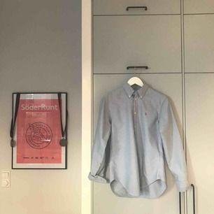 Säljer fin Ralph Lauren-skjorta i  riktigt bra skick. Den är storlek S men passar bra till någon som brukar ha M också, dvs lite oversize. Använd fåtal gånger! Kan mötas upp i Stockholm annars står du för frakt. Swish funkar superbra :)