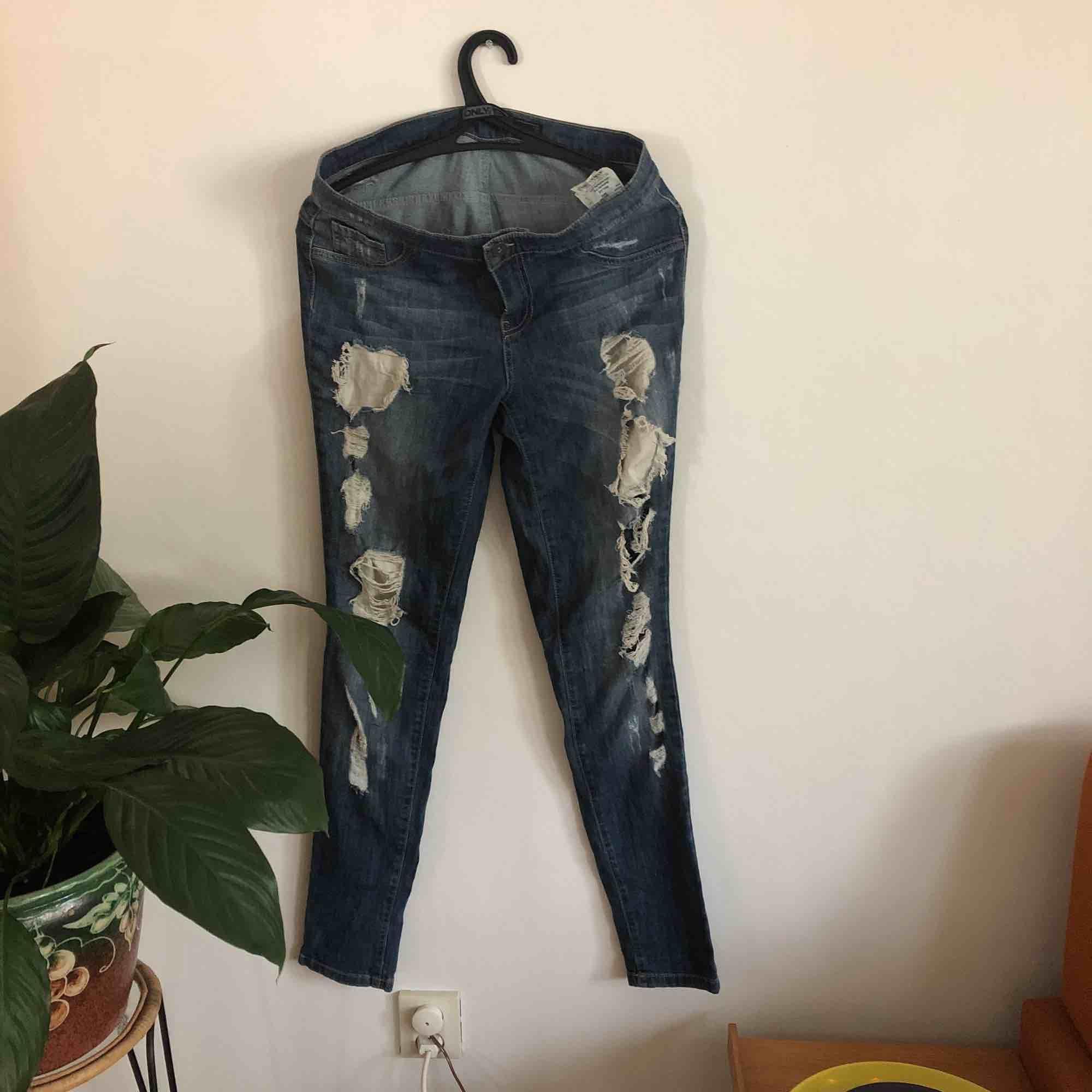 Jeans från Only. Bild 2 visar ett mindre hål, borde uppkommit när jag tagit på mig dem. Skulle säga att de är ganska små i storlek då jag oftast har W28-29 och inte kan använda dessa. Frakt inräknat i priset. 🖤MÄNGDRABATT FINNS🖤. Jeans & Byxor.
