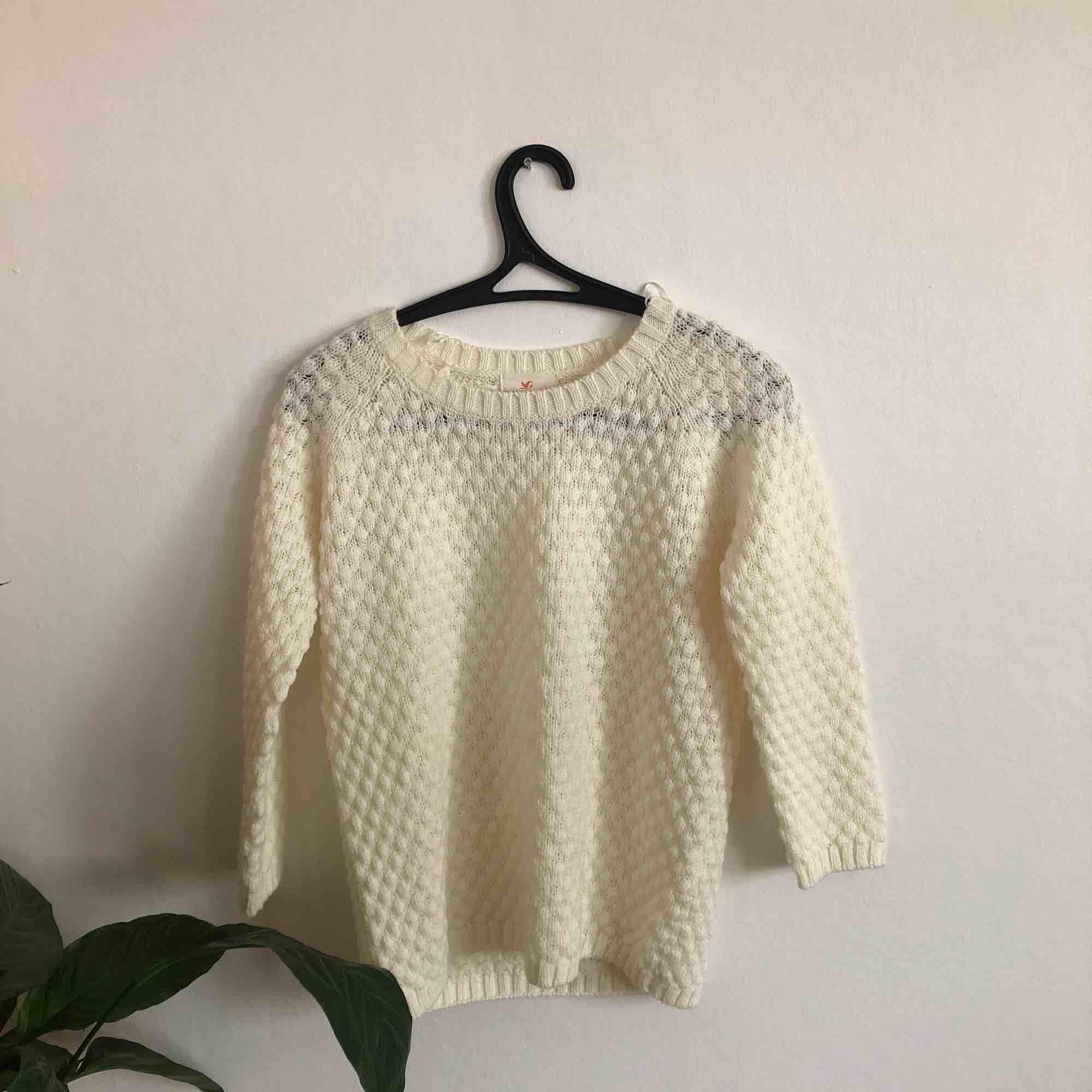Stickad tröja från Holly & Whyte by Lindex. Den är jätteskön och i fint skick. Ärmarna har längden 3/4 och är alltså inte hellånga. Köparen står för frakt. 🖤MÅNGDRABATT FINNS🖤. Tröjor & Koftor.
