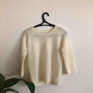 Stickad tröja från Holly & Whyte by Lindex. Den är jätteskön och i fint skick. Ärmarna har längden 3/4 och är alltså inte hellånga. Köparen står för frakt. 🖤MÅNGDRABATT FINNS🖤