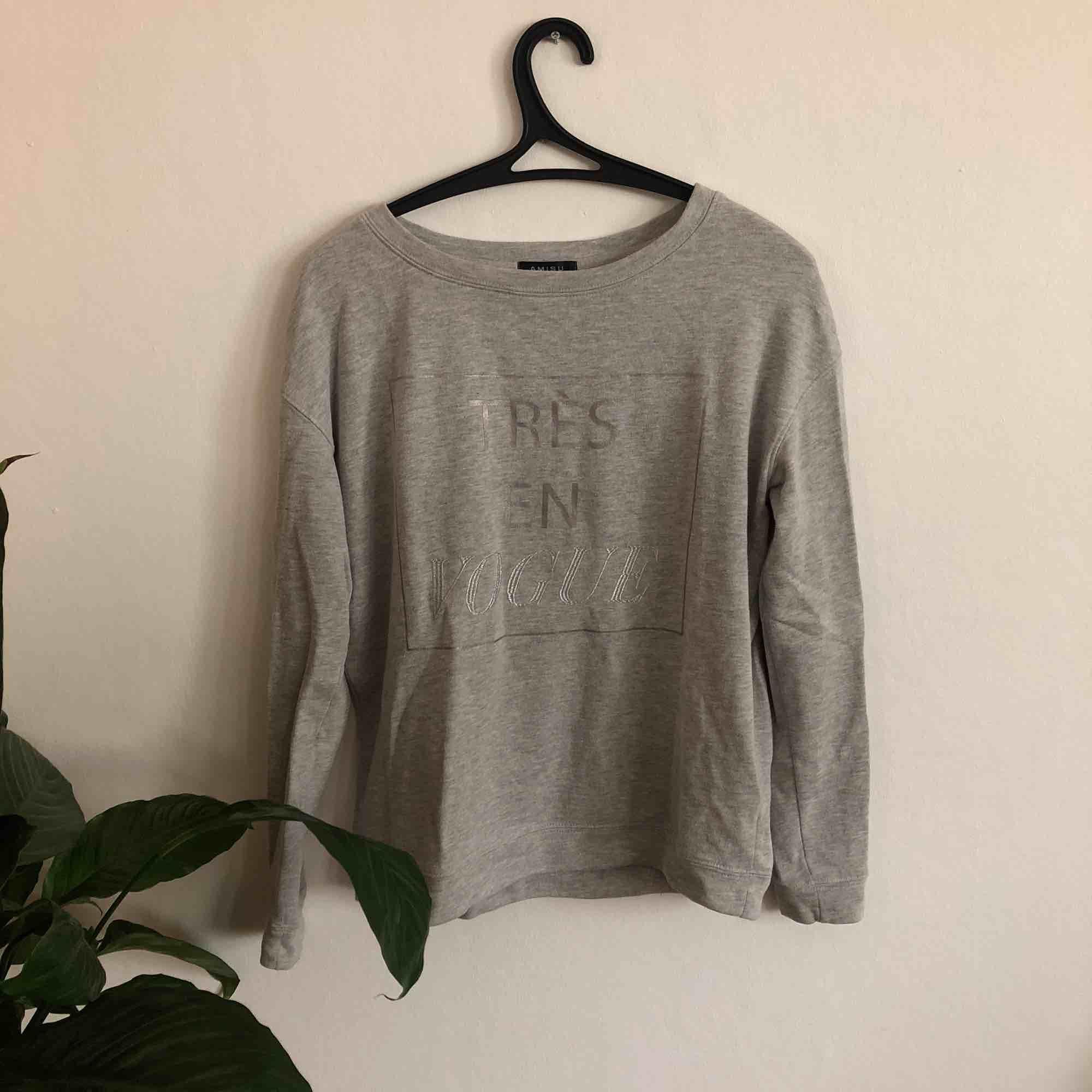 Sjukt skön sweatshirt från Amisu i storlek XS. I fint skick trots att den är använd ett flertal gånger.  Frakt är inräknat i priset. 🖤MÄNGDRABATT FINNS🖤. Huvtröjor & Träningströjor.