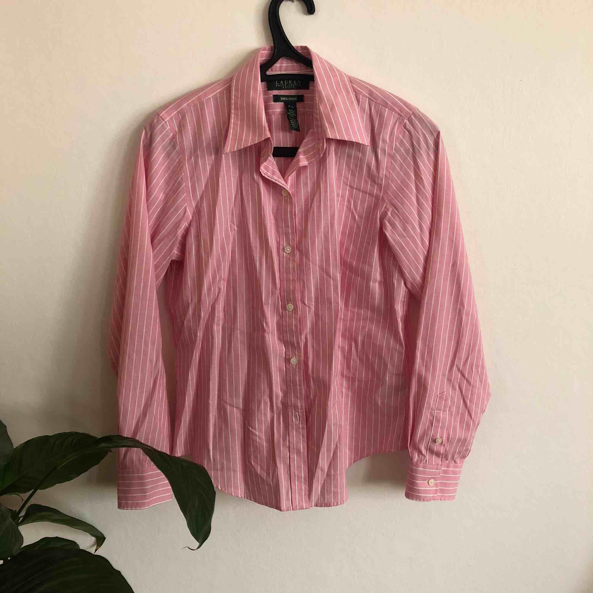 Skjorta från Ralph Lauren, vet ej om den är äkta. Den är i fint skick oh använd ca 5 gånger.  Frakt är inräknat i priset. 🖤MÄNGDRABATT FINNS🖤. Skjortor.