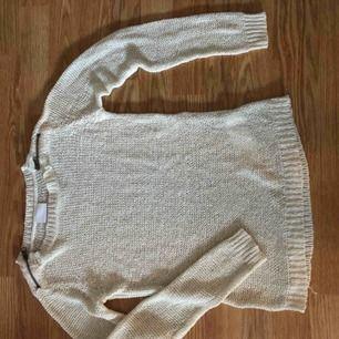 Vit virkad tröja från Vila med små dragkedjor i axlarna. Supersnygg figur, storlek XS Skickas mot porto, kan också mötas upp i centrala Stockholm
