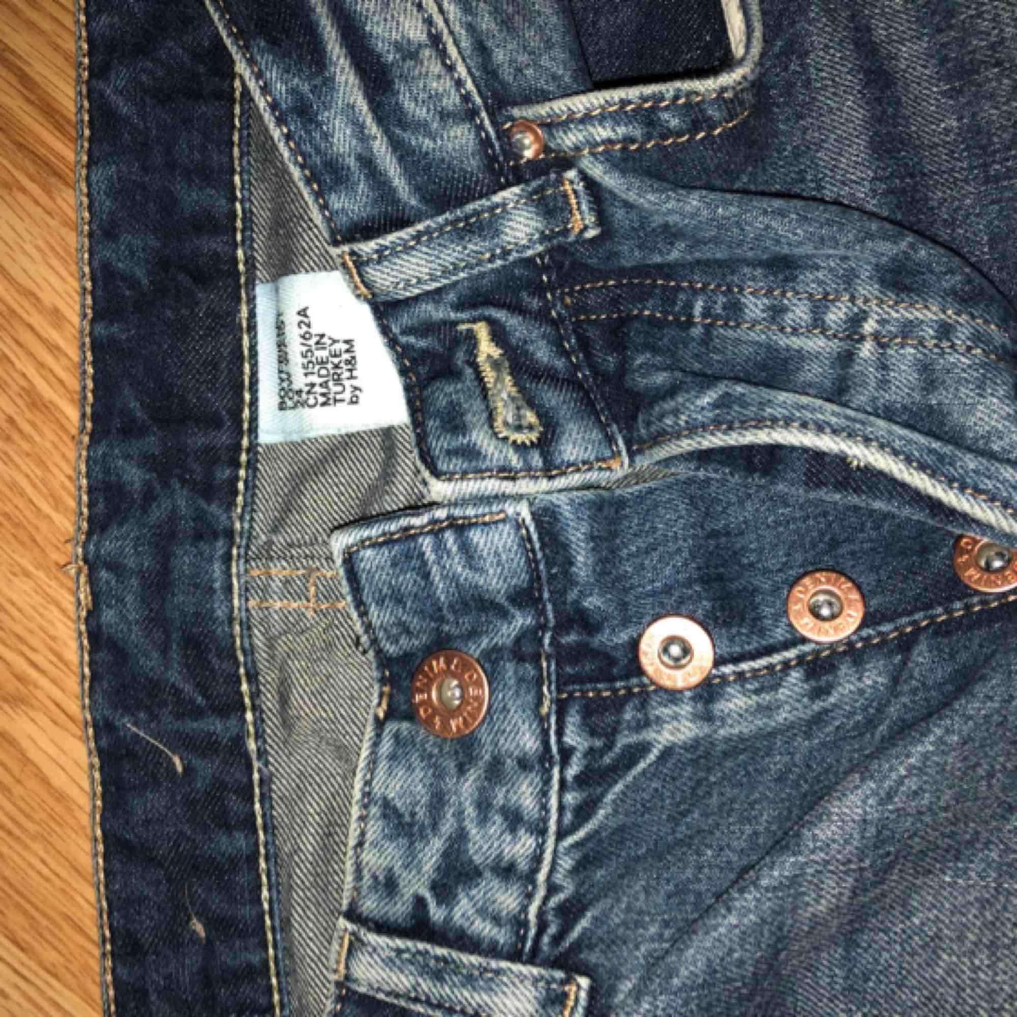 Slitna boyfriend jeans från hm, använda ett fåtal gånger, supersnygg passform med mellanhög midja, plus att rumpan blir fenomenal i dessa! ;) Storlek: XS/24 Skickar mot frakt eller så möts vi i centrala Sthlm. Jeans & Byxor.