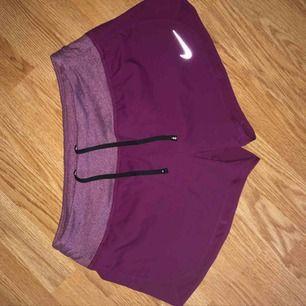 Dovt rödlila träningsshorts från Nike, väldigt sköna, aldrig använda Storlek: S Skickar mot frakt eller så möts vi i centrala Sthlm