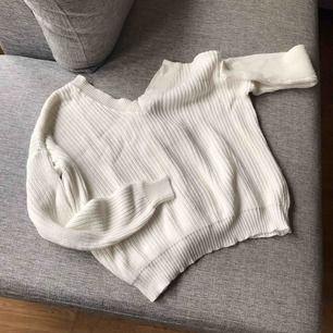 Stickad tröja ifrån Nelly. Har fin knyt detalj i bak. Säljer pga att jag aldrig använt den. Frakt tillkommer.
