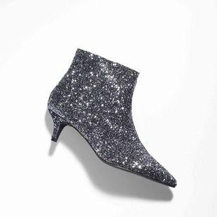 Glitter textile ankle boots ❤️ insidan är i läder. Använda 2 endast 2 gånger, har nyligen klackat om dem så de är i väldigt fint skick. Nypris: 1450kr!