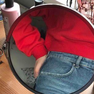 Croppad röd hoodie köpt på H&M men kommer ej till användning. Inte jättestor för en L men ärmarna är ganska långa. Priset är inklusive frakt (55 kr). Tar endast swish! Har en likadan i svart om någon är intresserad!