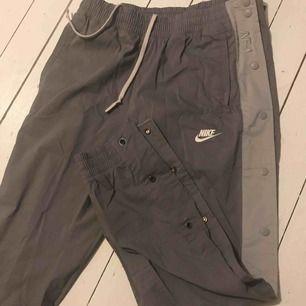 Ett par oanvända nike AF1 byxor, dem är väldigt sköna och snygga men sitter lite baggy då dem är standard fit. Köparen står för frakten och endast swish.