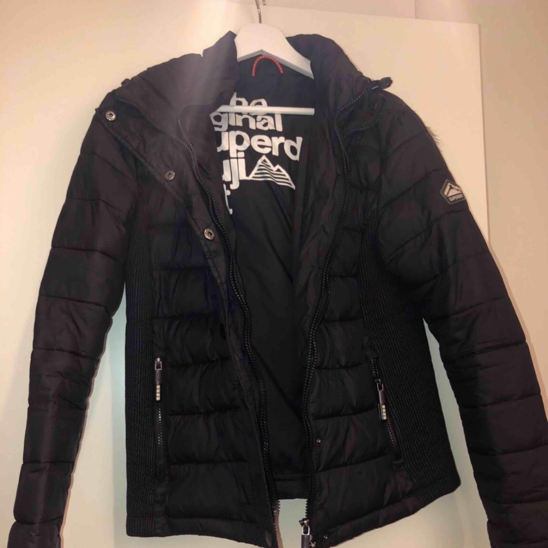 En svart superdry vinterjacka i storlek XL (små i storlekarna, är som en M). Väldigt snygg och varm jacka som tyvärr inte passar mig längre. Den är i nyskick och är köpt i deras egna butik i Stockholm.. Jackor.