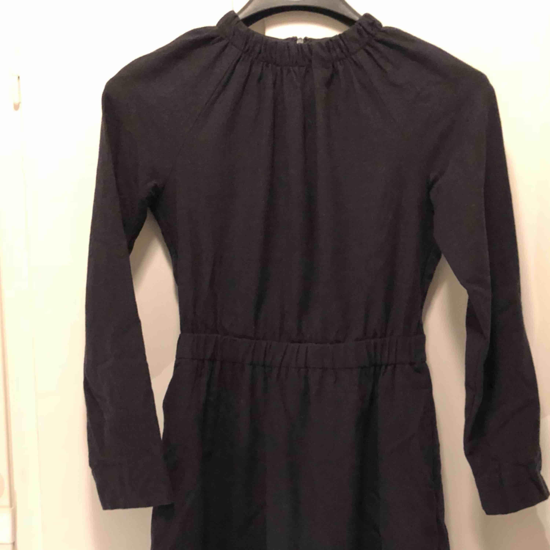 7189c15b190d Höghalsad klänning i ullmix (94 - COS Klänningar - Second Hand