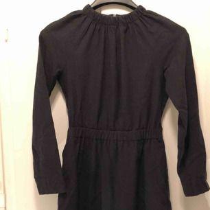Höghalsad klänning i ullmix (94% ull) från COS. Använd med i bra skick.