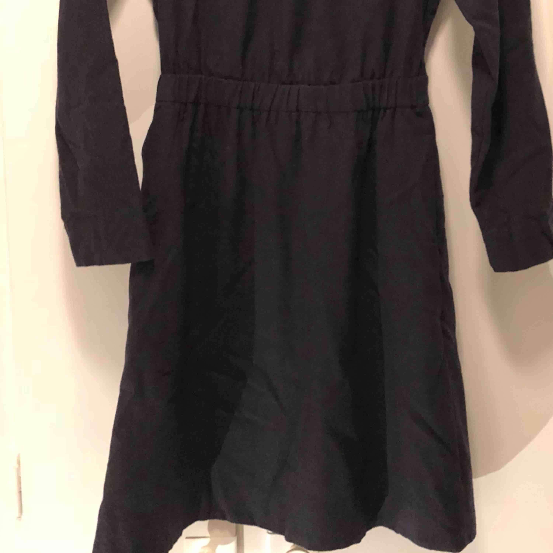 837c05a483ec Använd med i bra Höghalsad klänning i ullmix (94% ull) från COS.