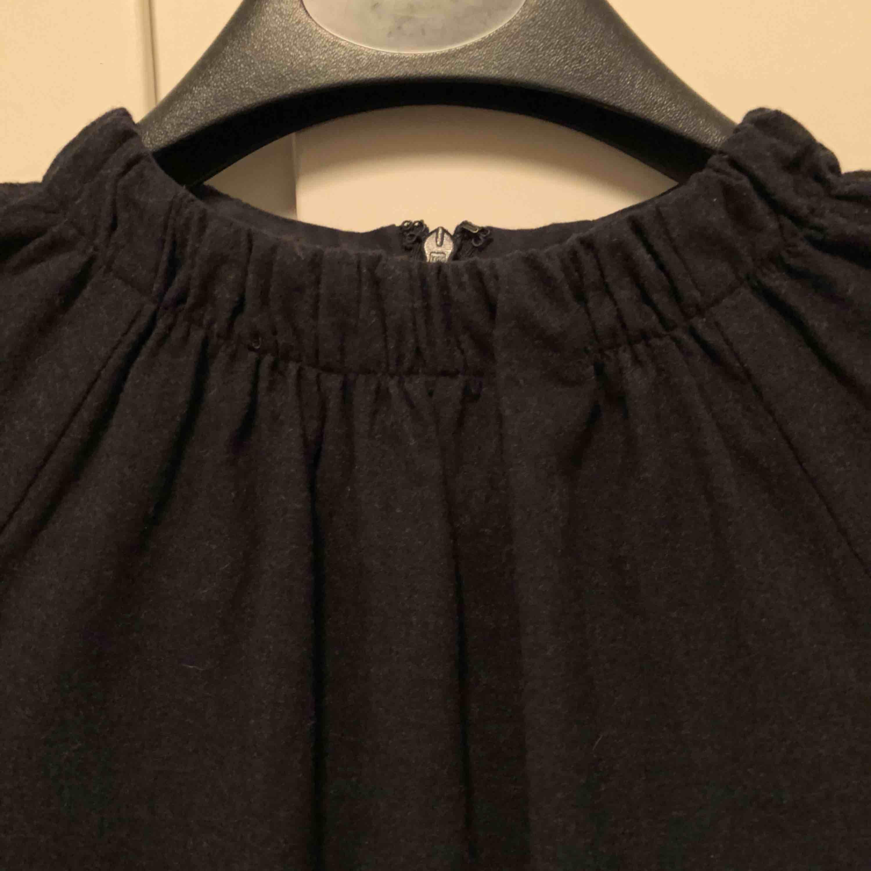 007e944965cf Använd med i bra Höghalsad klänning i ullmix (94% ull) från COS. Använd med  i bra