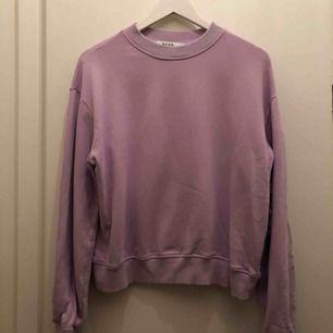 Ljuslila sweatshirt från Na-kd, storlek L men är också fin oversized på S-M 🌸