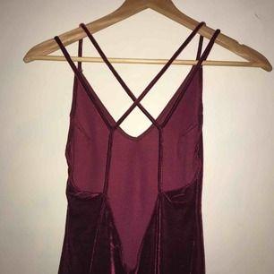 Frakt ingår i priset. Festklänning med öppning och detaljer i ryggen.