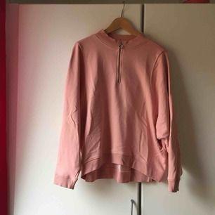 Rosa oversize sweatshirt från Monki.