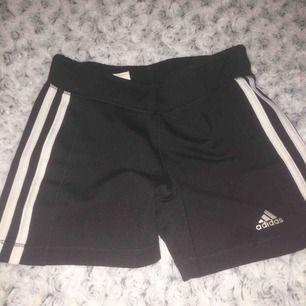 Ett par Adidas tränings byxor, ny skick & använda 1-2 ggr