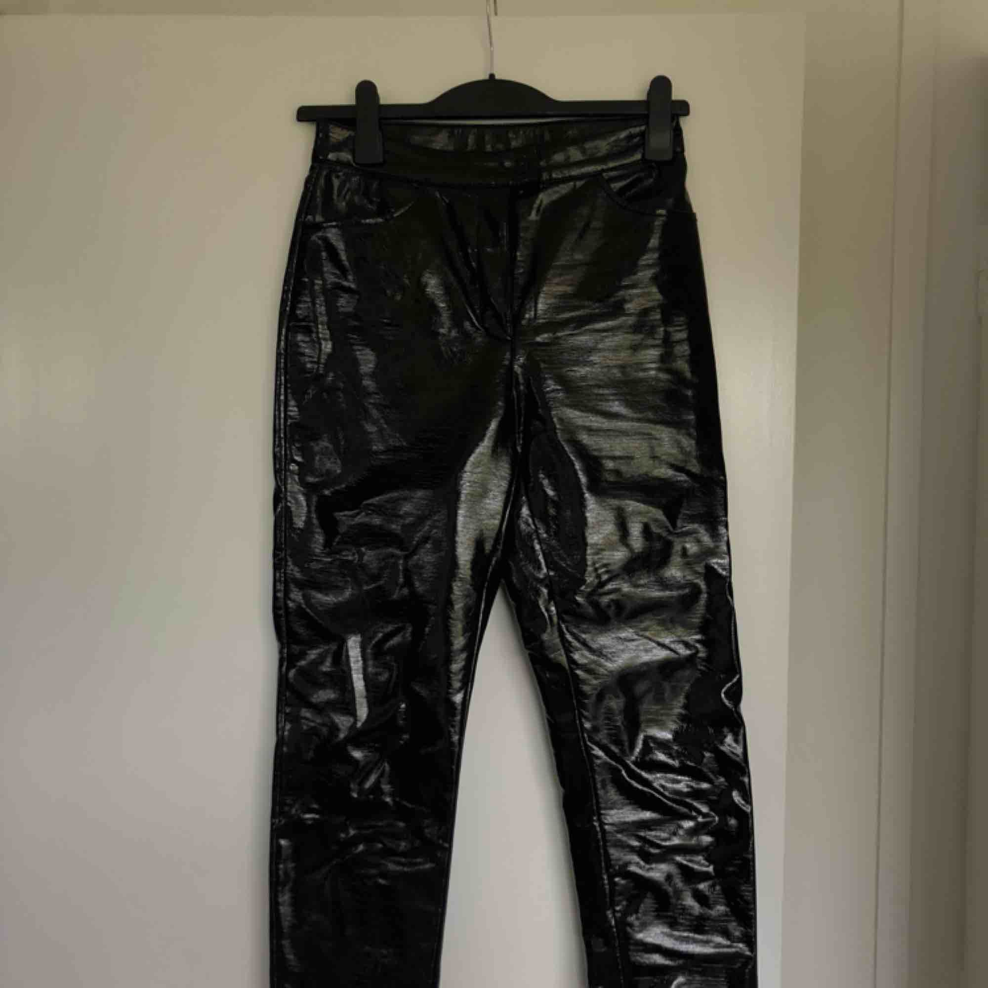 Coola latex byxor från monki. Jeans & Byxor.