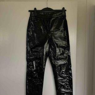 Coola latex byxor från monki