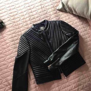 Helt ny äkta läders jacka från Vince Camuto i Navy stone storlek XS köpt i USA för 350 dollar. Säljs för 1100kr. Aldrig använd som ni ser på bilden. Flera bilder kan skickas privat!:)