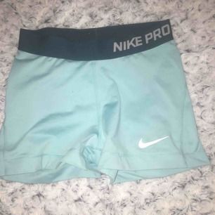 Ett par blåa Nike pro shorts i storlek S, ny skick använda fåtal gånger.