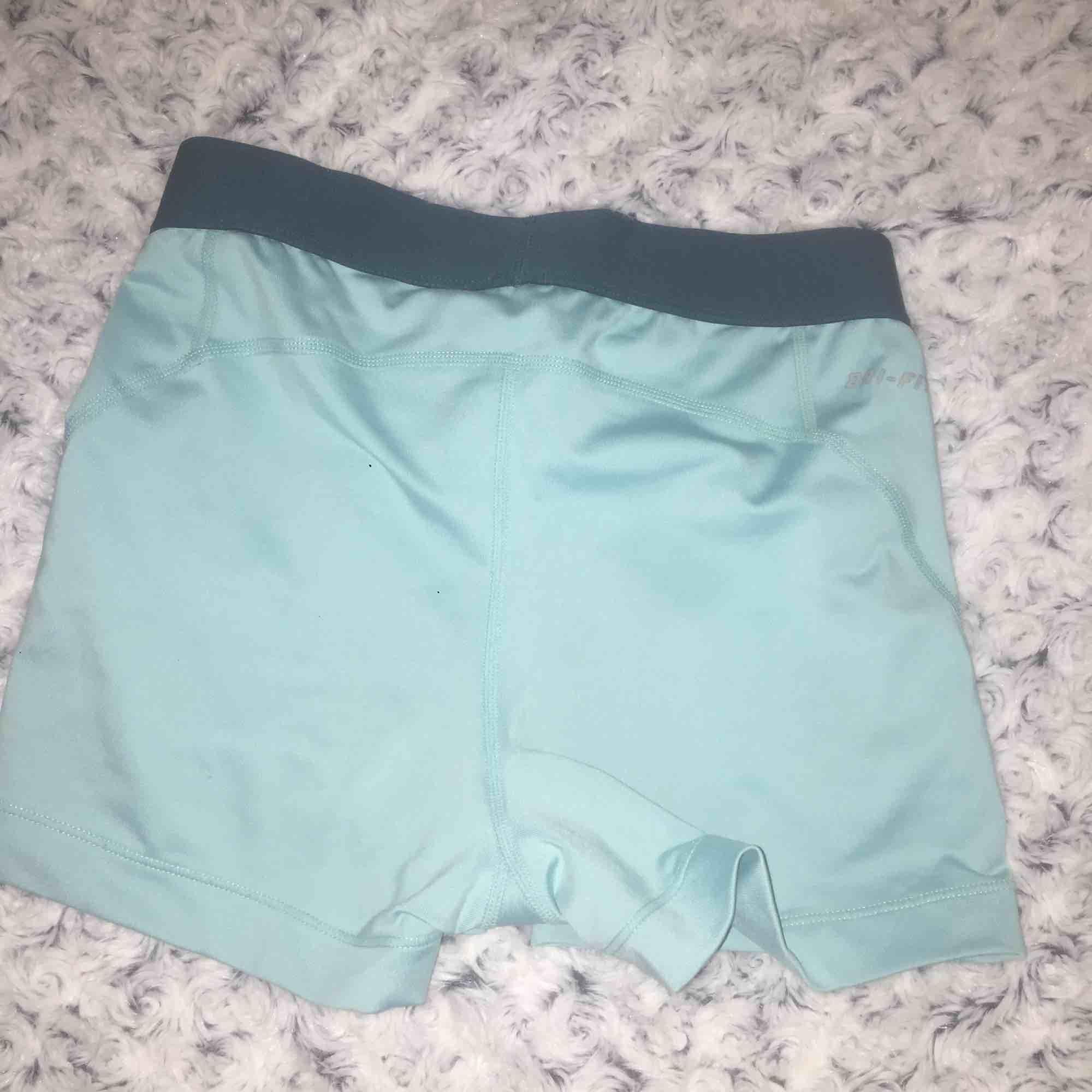 Ett par blåa Nike pro shorts i storlek S, ny skick använda fåtal gånger.. Shorts.