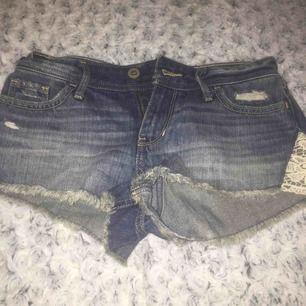 Ett par Hollister short-short Jeans shorts, låg midjade, en lace detalj på sidan. Aldrig använda.