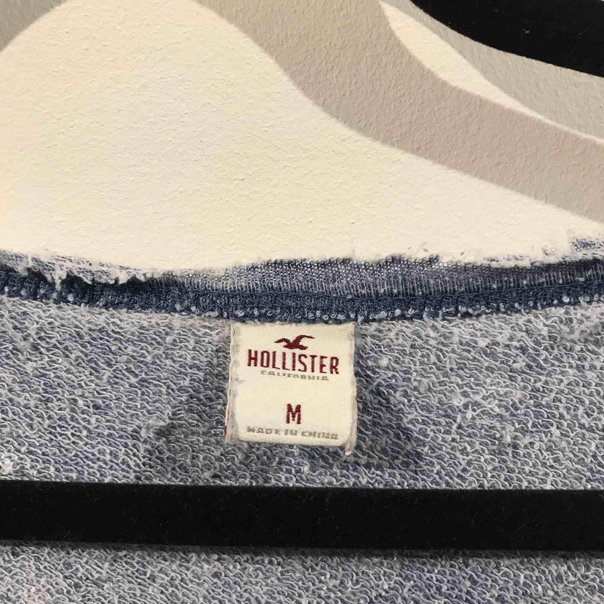 Blå t-shirt från Hollister, väldigt skönt material. Stolek L. Priset är med frakt inräknat. T-shirts.