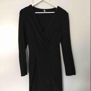 Svart klänning med lite axelvadd och urringning fram ✨ Frakt tillkommer 📮
