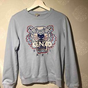 En fin kenzo tröja! Äkta, köpt i London för två år sen. Bra skick. Är från barnavdelningen storlek 14 år men kan jämföras med en XS