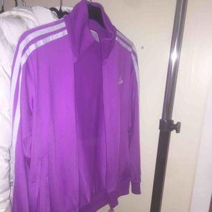 Adidas kofta storlek 164, lila&vit aldrig använd, nyskick