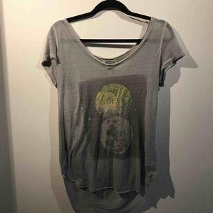 Säljer en grå t-shirt från Hollister i storlek M. Frakt är inräknat i priset