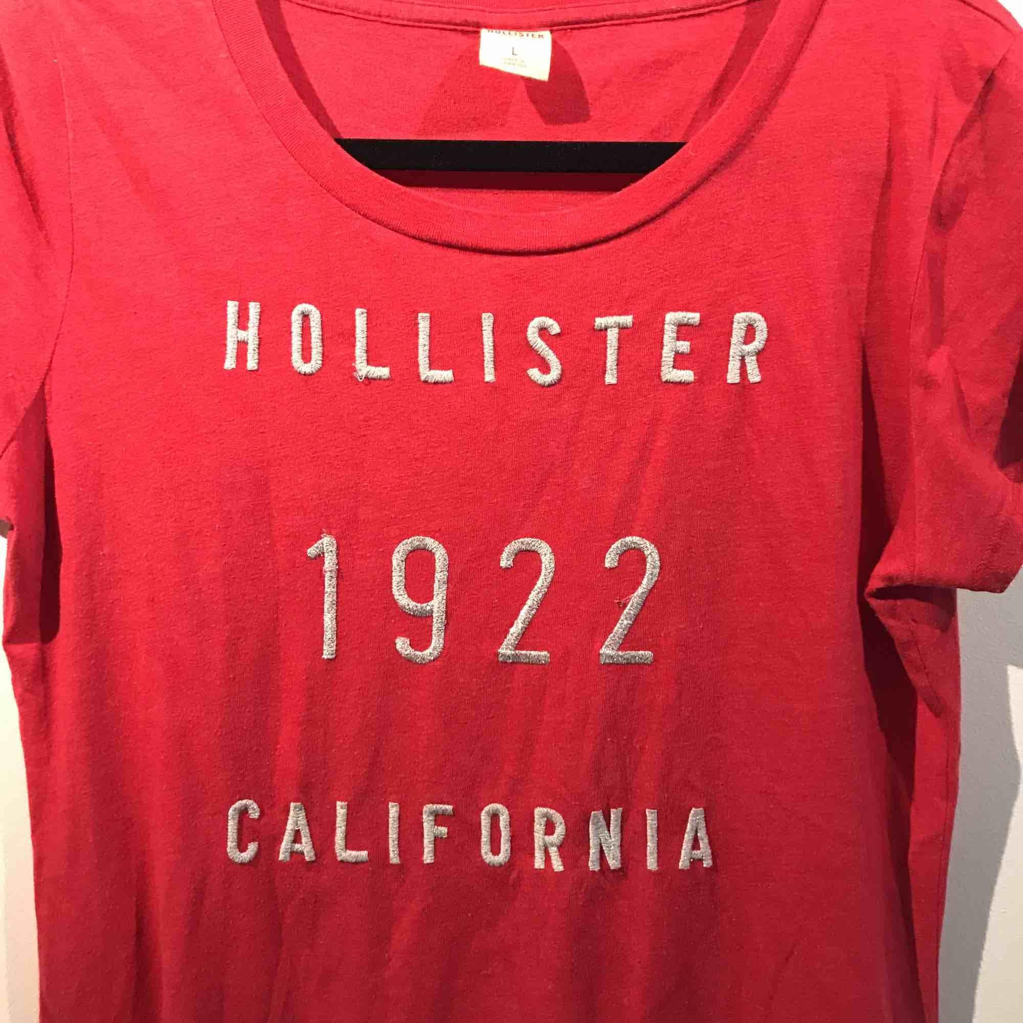 Säljer en röd t-shirt från Hollister i storlek L. Frakten är inräknat i priset. T-shirts.