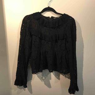 Säljer en spets blus från Zara i storlek L. Den är liten i storleken. Frakten är inräknat i priset
