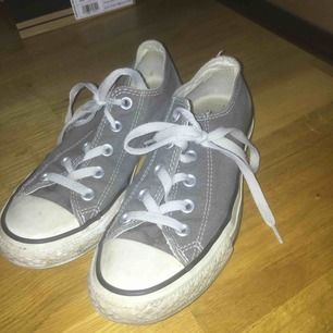 Ett par gråa Converse storlek 36 knappt använda