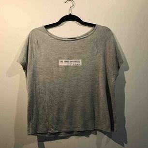Säljer en t-shirt från Zara i storlek M. Frakt ingår i priset