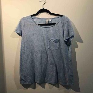 Säljer en blå t-shirt från H&M i storlek M. Priset är inräknat i priset