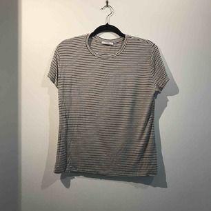 Säljer en randig tröja från Zara i storlek L. Frakten är inräknat i priset.
