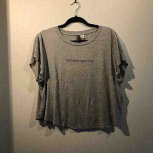 Säljer en t-shirt från H&M i storlek L. Priset är inklusive frakt