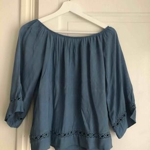 En vacker blå blus, super skön!