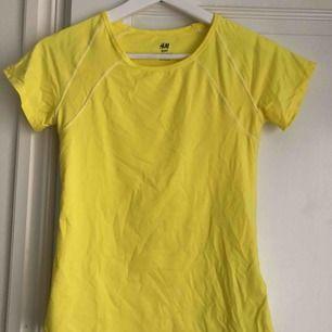 En gul tränings T-shirt