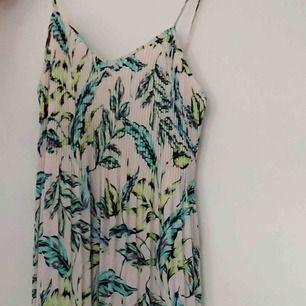 Långklänning med tropical mönster, passar en S också. Använd vid ett tillfälle.