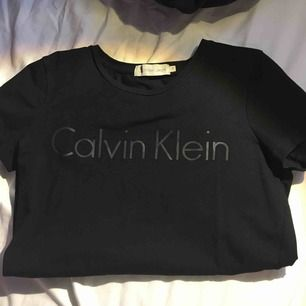 Äkta svart Calvin Klein T-shirt. Använd ett fåtal gånger, säljer för att jag inte använder den. Storlek S, men passar mer som XS. Frakt ingår!!
