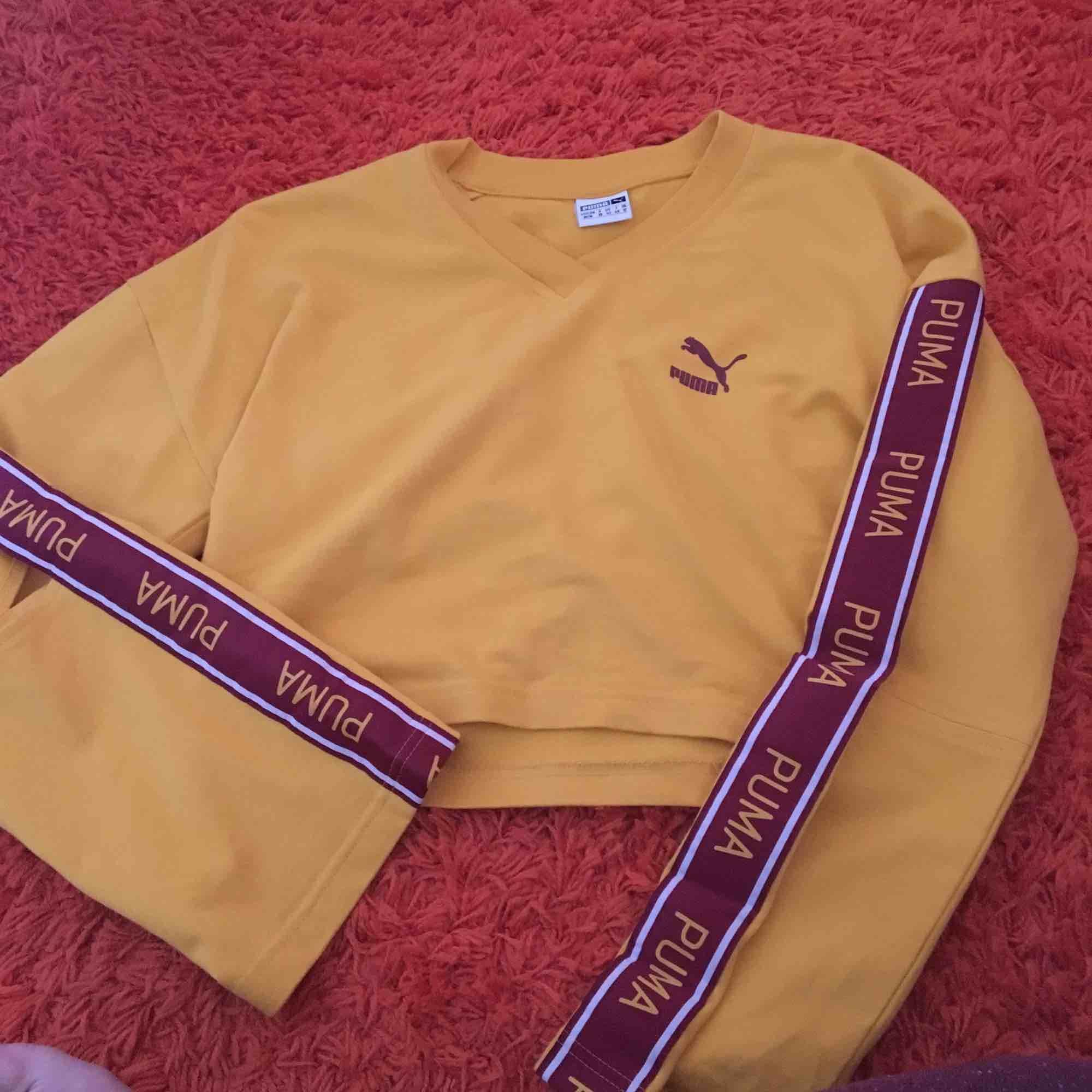 Gul tröja från Puma! Väldigt snygg och trendig. Använd ett fåtal gånger, säljer för att jag inte använder den ofta. Tröjan är lite cropped. Frakt ingår.. Toppar.