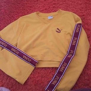 Gul tröja från Puma! Väldigt snygg och trendig. Använd ett fåtal gånger, säljer för att jag inte använder den ofta. Tröjan är lite cropped. Frakt ingår.