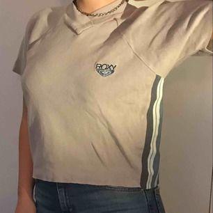 En tröja i bra kvalité med snygga detaljer och ränder på sidorna.